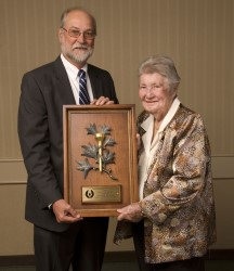 Former MGWA President Ron Sirak presents the 2009 Gold Tee Award to Louise Suggs